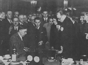 Amateur Max Euwe (sitzend) gewinnt 1935 gegen das Schachgenie Alexander Aljechin (stehend) den Weltmeister-Titel