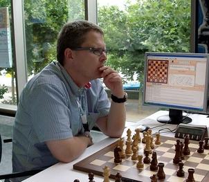 Stefan Meyer-Kahlen wurde 1968 in Düsseldorf geboren, studierte Informatik in Passau und ist seit 1996 hauptberuflich Programmierer. Er ist verheiratet und hat drei Töchter.